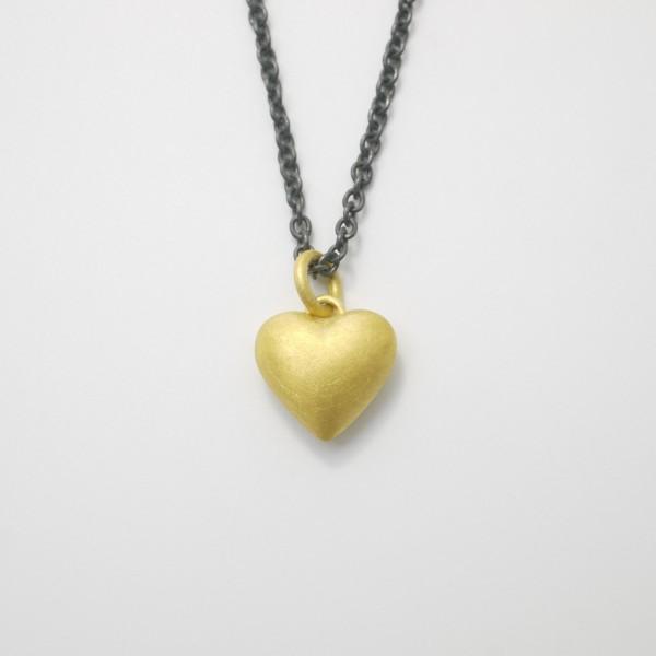 Anhänger Herz aus Gold massiv gegossen 600x600 - Goldener Herzanhänger aus 750er Gelbgold massiv gegossen