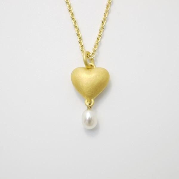 Anhänger Herz aus Gold massiv gegossen mit Süßwasser Perltropfen 600x600 - Goldener Herzanhänger aus 750er Gelbgold massiv gegossen mit Süßwasser-Perltropfen