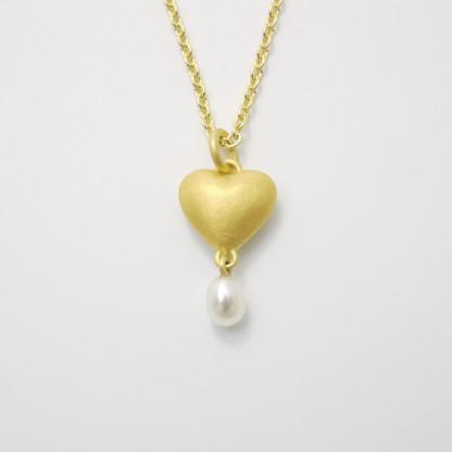 Anhänger Herz aus Gold massiv gegossen mit Süßwasser Perltropfen scaled 416x416 - Goldener Herzanhänger aus 750er Gelbgold massiv gegossen mit Süßwasser-Perltropfen