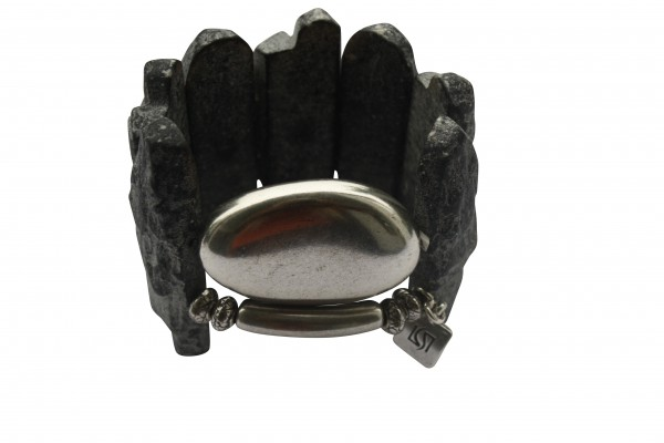 Armband mit grauen Lavaplatten silbernem Staebchen und Oval 600x400 - Armband mit Lava Felsplatten und Silberoval