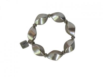 Armband mit kleinen silbernen Nüssen 416x312 - Armband mit kleinen Nüssen