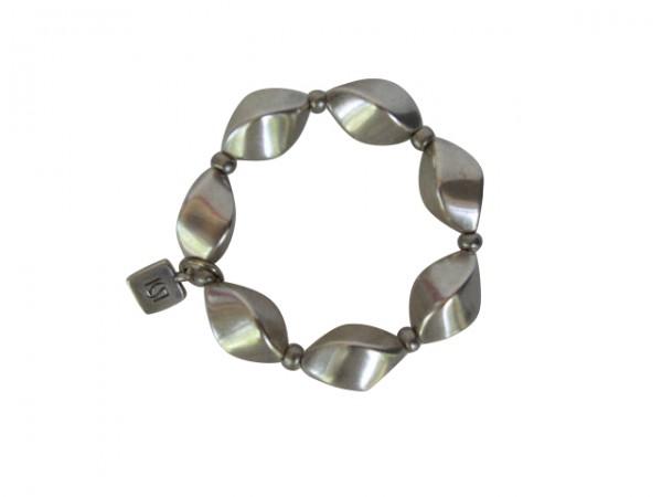 Armband mit kleinen silbernen Nüssen 600x450 - Armband mit kleinen Nüssen