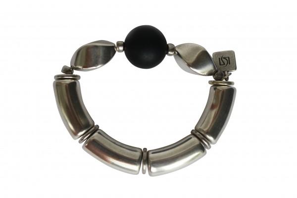 Armband mit schwarzen Kugeln und silberner Nuss 600x400 - Armband mit Kugel und Nuss