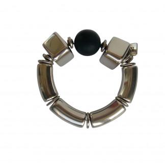 Armband mit silbernen Boegen Bloecken und schwarzer Kugel 324x324 - Armband mit Bögen, Blöckchen und Kugel