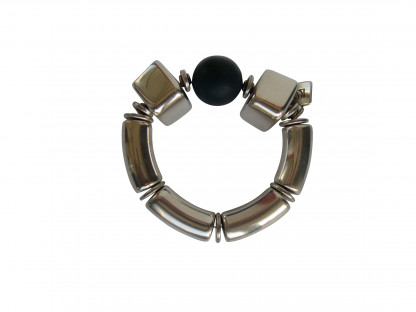 Armband mit silbernen Boegen Bloecken und schwarzer Kugel 416x312 - Armband mit Bögen, Blöckchen und Kugel