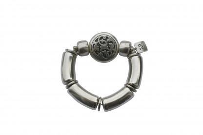Armband mit silbernen Boegen Reifen und silbernem Blumenmedaillon scaled 416x277 - Armband mit Bögen und kleinem Blumenmedaillon