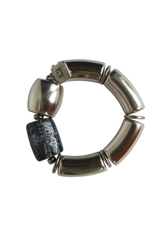 Armband mit silbernen Boegen Tonne und graue Netzrolle 512x768 - Armband mit Bögen, Netzrolle und Tonne