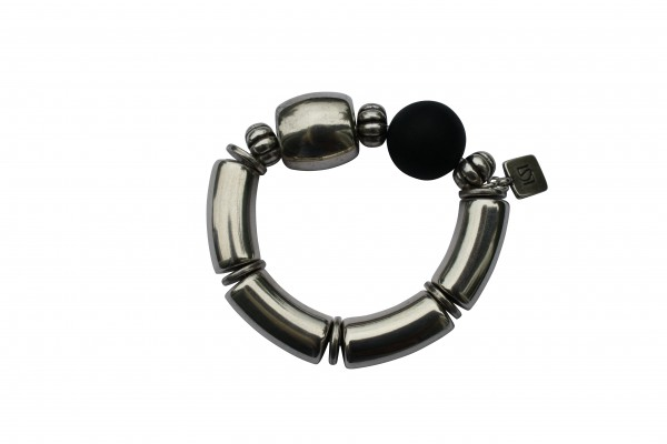 Armband mit silbernen Boegen Tonne und schwarzer Kugel 600x400 - Armband mit Bögen, Kugel und Tonne