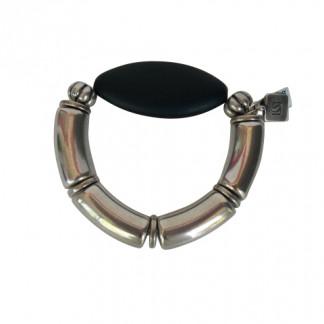 Armband mit silbernen Boegen und schwarzem flachen Spitzoval 324x324 - Armband mit Bögen und Triangel