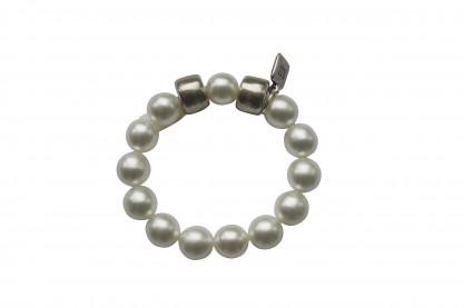 Armband mit weissen Perlen und silbernen Reifen scaled 416x277 - Armband mit Perlen und Reifen