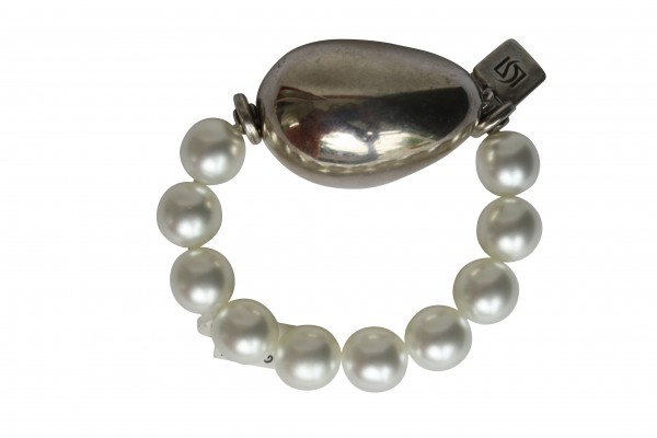 Armband mit weissen Perlen und silberner Olive 600x400 - Armband mit Perlen und großer Olive