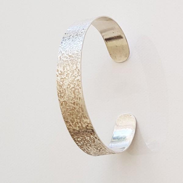 Armreif aus silber mit struktur 600x600 - Strukturierter Silber-Armreif