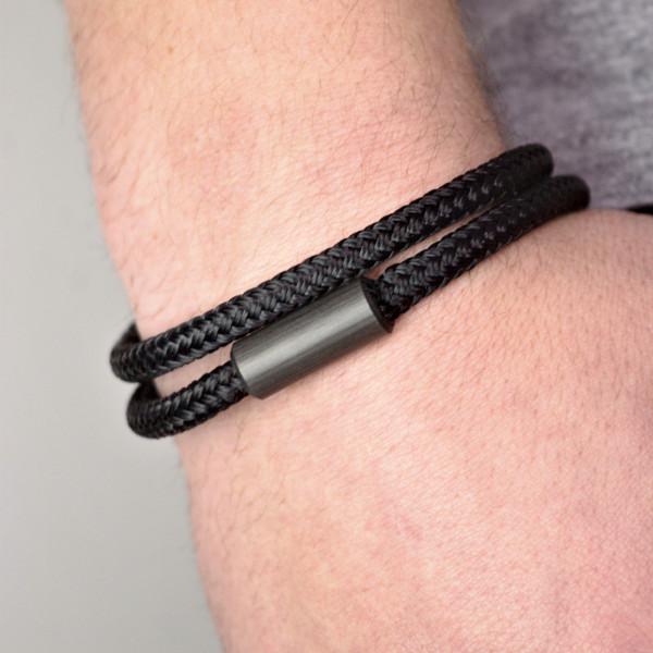 Carbon Schmuck Adtractus Polyster schwarz Wickelarmband 600x600 - Wickelarmband 'Adtractus' mit Carbon-Verschluss und Segelschnur