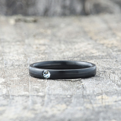 Carbon Schmuck Carbon Ringmit Swarovski Kristall 3mm liegend 416x416 - Carbon-Ring 'Rasilis et Lapis' 3mm