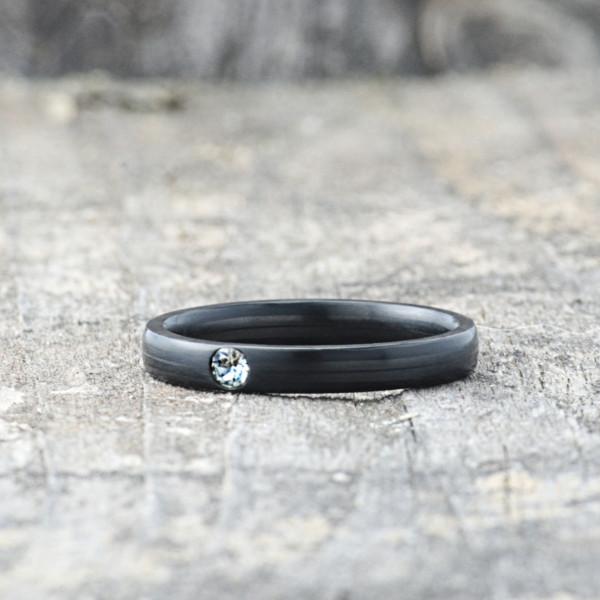 Carbon Schmuck Carbon Ringmit Swarovski Kristall 3mm liegend 600x600 - Carbon-Ring 'Rasilis et Lapis' 3mm