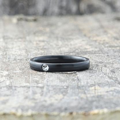 Carbon Schmuck Carbon Ringmit Swarovski Kristall 3mm liegend Crystal 416x416 - Carbon-Ring 'Rasilis et Lapis' 3mm
