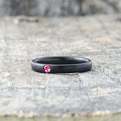 Carbon Schmuck Carbon Ringmit Swarovski Kristall 3mm liegend Ruby 416x416 - Carbon-Ring 'Rasilis et Lapis' 3mm