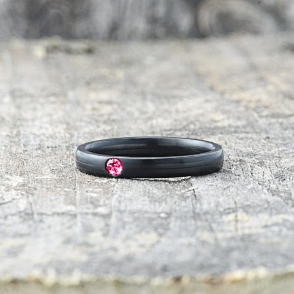 Carbon Schmuck Carbon Ringmit Swarovski Kristall 3mm liegend Ruby 600x600 - Carbon-Ring 'Rasilis et Lapis' 3mm