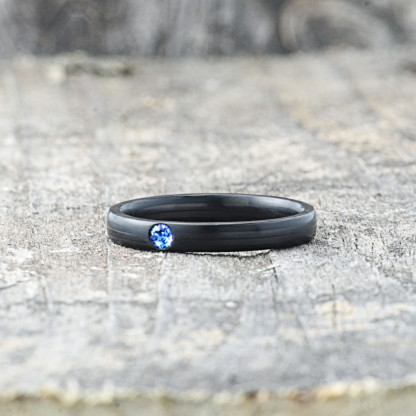 Carbon Schmuck Carbon Ringmit Swarovski Kristall 3mm liegend Sapphire 416x416 - Carbon-Ring 'Rasilis et Lapis' 3mm