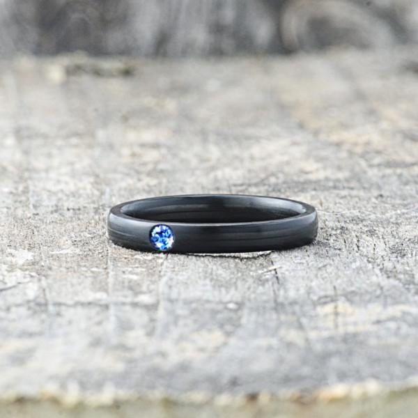 Carbon Schmuck Carbon Ringmit Swarovski Kristall 3mm liegend Sapphire 600x600 - Carbon-Ring 'Rasilis et Lapis' 3mm
