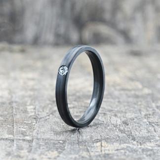 Carbon Schmuck Carbon Ringmit Swarovski Kristall 3mm stehend 324x324 - Carbon-Ring 'Rasilis et Lapis' 3mm