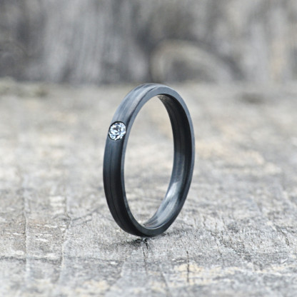 Carbon Schmuck Carbon Ringmit Swarovski Kristall 3mm stehend 416x416 - Carbon-Ring 'Rasilis et Lapis' 3mm