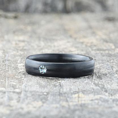 Carbon Schmuck Carbon Ringmit Swarovski Kristall 5mm liegend 416x416 - Carbon-Ring 'Rasilis et Lapis' 5mm