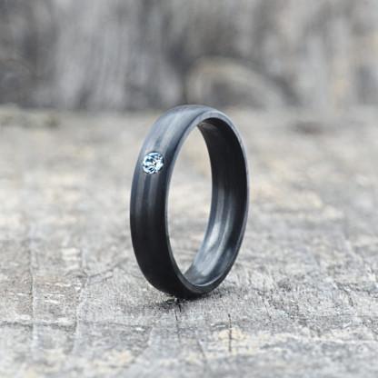 Carbon Schmuck Carbon Ringmit Swarovski Kristall 5mm stehend 416x416 - Carbon-Ring 'Rasilis et Lapis' 5mm