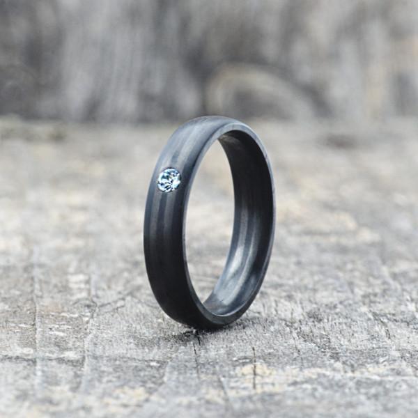 Carbon Schmuck Carbon Ringmit Swarovski Kristall 5mm stehend 600x600 - Carbon-Ring 'Rasilis et Lapis' 5mm