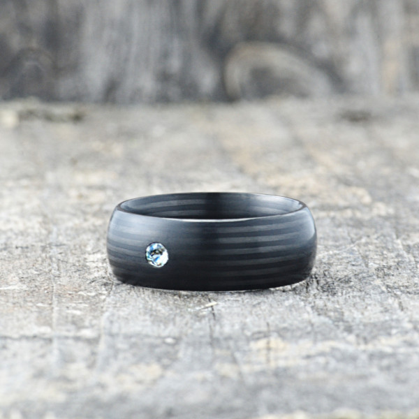 Carbon Schmuck Carbon Ringmit Swarovski Kristall 8mm liegend 600x600 - Carbon-Ring 'Rasilis et Lapis' 8mm