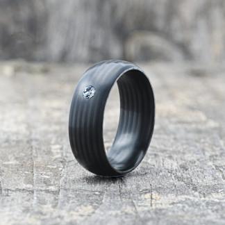 Carbon Schmuck Carbon Ringmit Swarovski Kristall 8mm stehend 324x324 - Carbon-Ring 'Rasilis et Lapis' 8mm