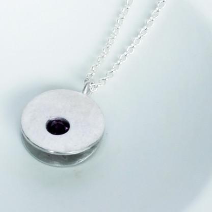 Design-Halskette-kaufen mit Stein in Granatrot