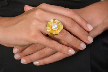 "Design Ring Silber vergoldet mit großer Zuchtperle Sakura 416x277 - Ring ""Sakura"" aus vergoldetem Silber mit großer Zuchtperle"
