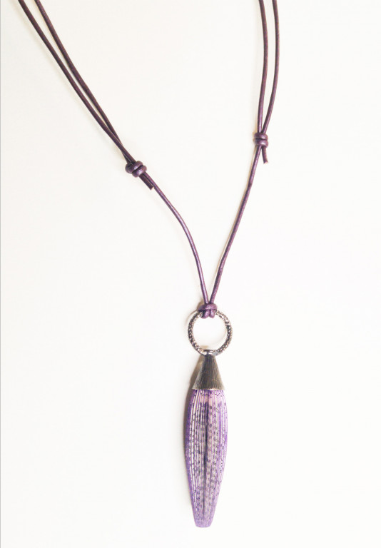 Designschmuck Halskette mit Spindel aus Buchseiten an Lederschnur