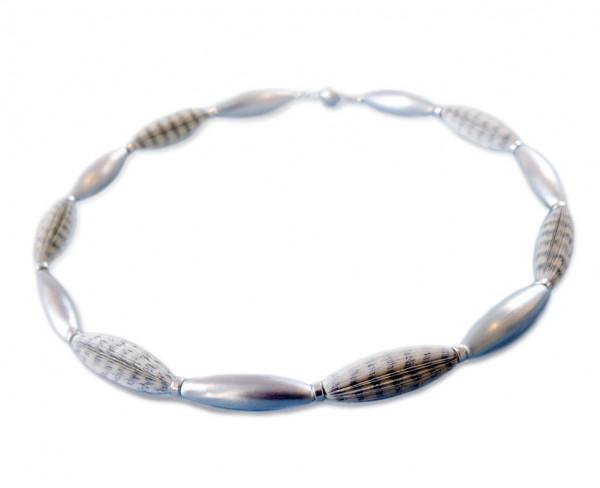 """Designschmuck handgefertigte Halskette Literarische Oliven 65cm 600x488 - Halskette """"Literarische Oliven"""""""