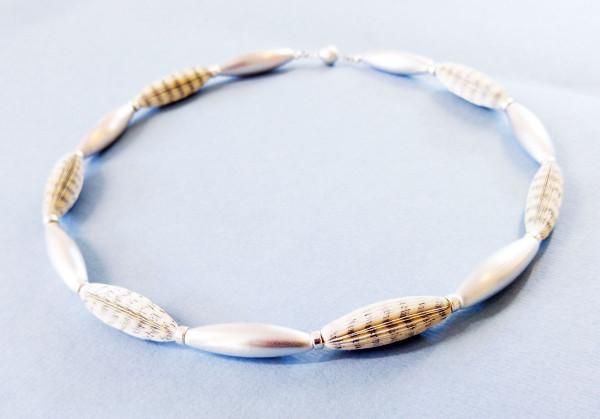 """Designschmuck handgemachte Halskette Literarische Oliven 65cm 600x419 - Halskette """"Literarische Oliven"""""""