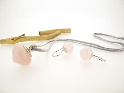 Designschmuck kaufen 14 2 Anhänger Rosenquarz Silber Ohrstecker 416x312 - Schmuckset Rosenquarz im Onion-Cut