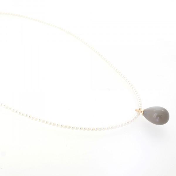 Designschmuck kaufen 23 1 Mondstein mit Zuchtperlen Halskette 600x600 - Drop-Halskette mit Mondstein-Anhänger in Tropfenform