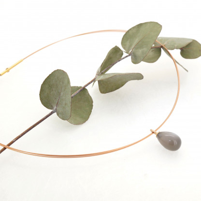 Designschmuck kaufen 23 2 Mondstein mit Halsreif 416x416 - Drop-Halskette mit Mondstein-Anhänger in Tropfenform