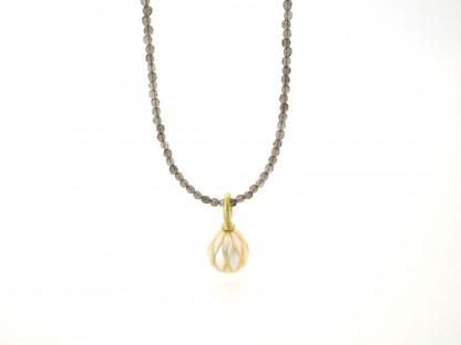 Designschmuck kaufen 26 1 Halskette Anhänger Perle graviert Rauchquarz 416x312 - Kettenanhänger mit gravierter Süßwasser-Zuchtperle