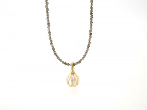 Designschmuck kaufen 26 1 Halskette Anhänger Perle graviert Rauchquarz 600x450 - Kettenanhänger mit gravierter Süßwasser-Zuchtperle