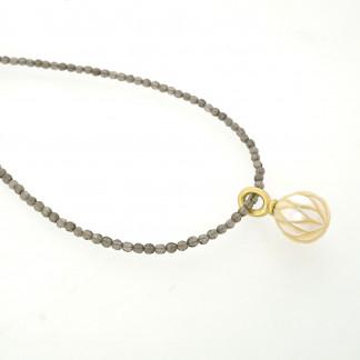 Designschmuck kaufen 26 2 Halskette Anhänger Perle graviert 324x324 - Kettenanhänger mit gravierter Süßwasser-Zuchtperle