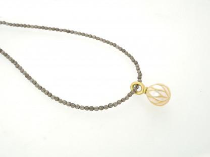 Designschmuck kaufen 26 2 Halskette Anhänger Perle graviert 416x312 - Kettenanhänger mit gravierter Süßwasser-Zuchtperle