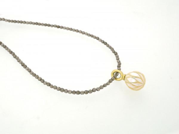 Designschmuck kaufen 26 2 Halskette Anhänger Perle graviert 600x450 - Kettenanhänger mit gravierter Süßwasser-Zuchtperle