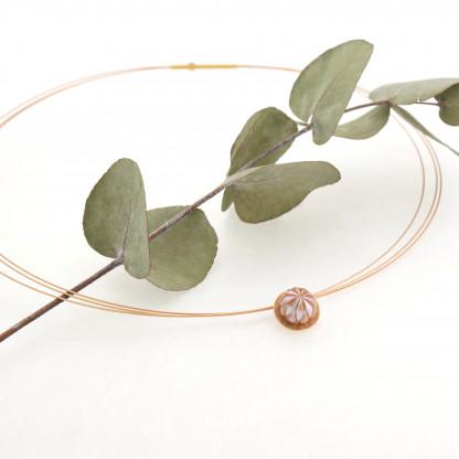 Designschmuck kaufen 30 Anhänger Boutonform gravierte Perle Halskette 416x416 - Kettenanhänger mit gravierter Süßwasser-Zuchtperle in Boutonform