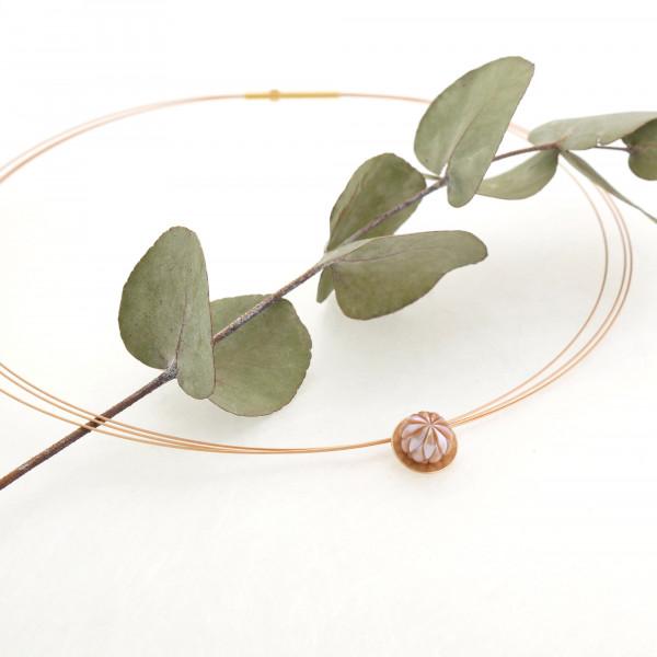 Designschmuck kaufen 30 Anhänger Boutonform gravierte Perle Halskette 600x600 - Kettenanhänger mit gravierter Süßwasser-Zuchtperle in Boutonform
