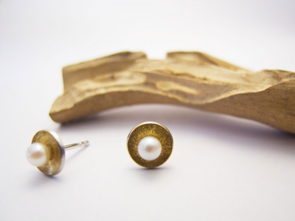 Designschmuck kaufen 4 3 Ohrstecker Schale Perle 2 600x450 - Elementar Design-Ohrstecker mit Perle in Schale