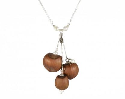 Dreifache Haselnuss Halskette mit Suesswasserperlen 1 416x330 - Dreifache Haselnuss-Halskette mit Süßwasserperlen