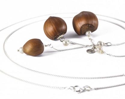 Dreifache Haselnuss Halskette mit Suesswasserperlen 3 416x330 - Dreifache Haselnuss-Halskette mit Süßwasserperlen
