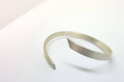 """Elegant geschwungener Silber Armreif 416x277 - Silber-Armreif """"Momentum"""""""